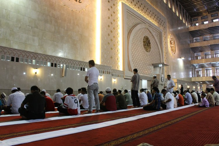 Muslims praying in Mosque